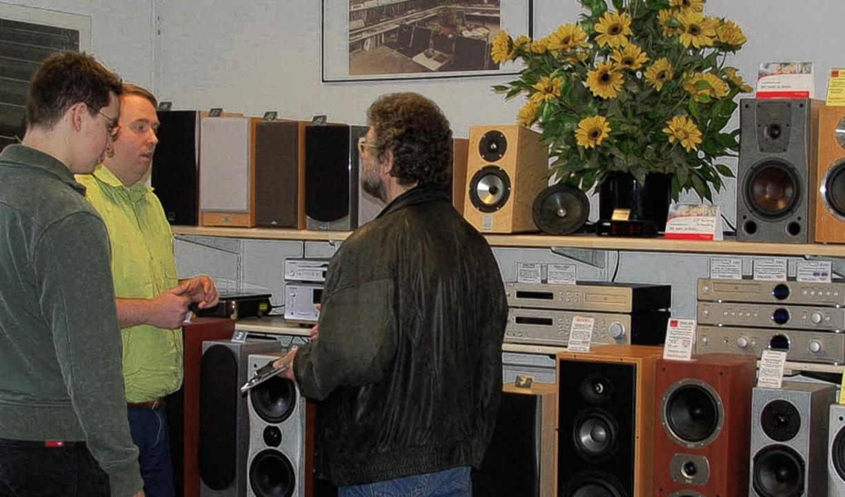 Rat vom Fachmann:  Oliver Gogler  (Mitte) mit Kunden  | Foto: atfi