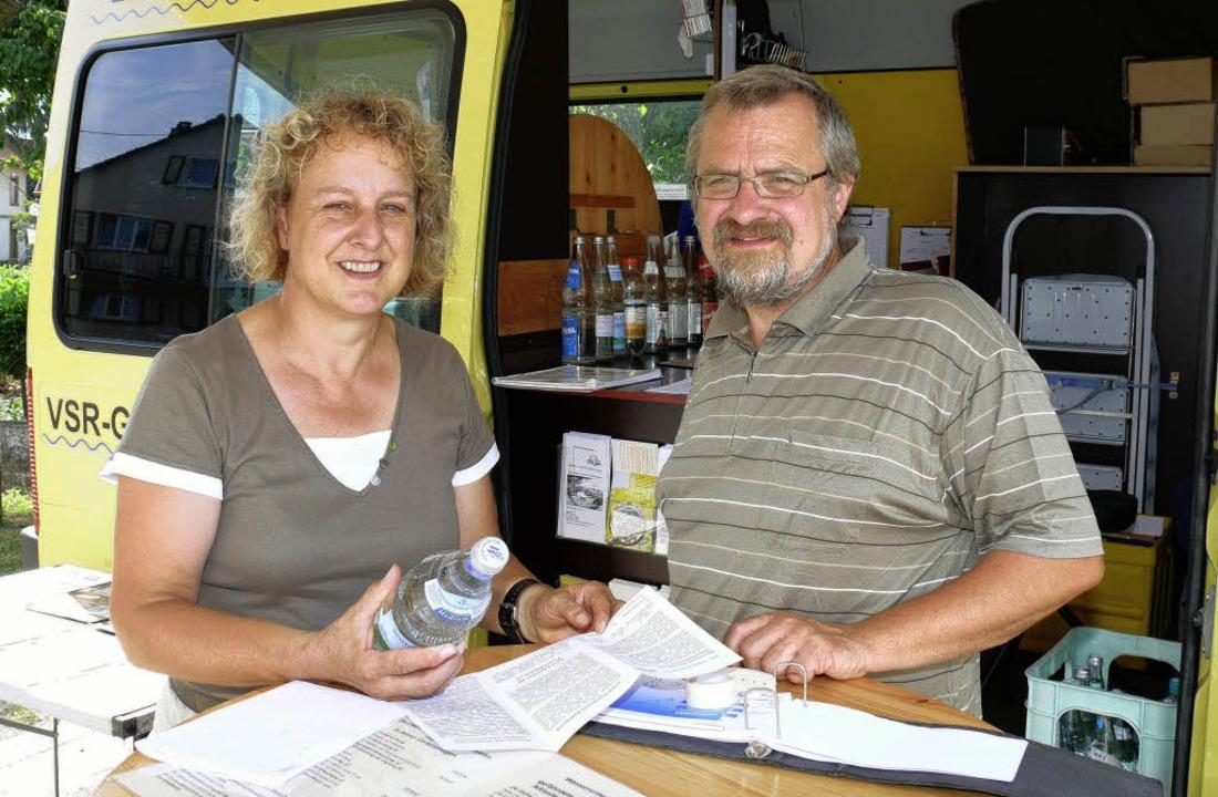 Christine Nufer aus Kappel-Grafenhause...rmobil Wasserproben zur Untersuchung.   | Foto: Frank Leonhardt