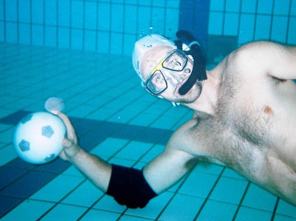 Der Ball ist mit Salzwasser gefüllt, damit er sinkt.  | Foto: Verein