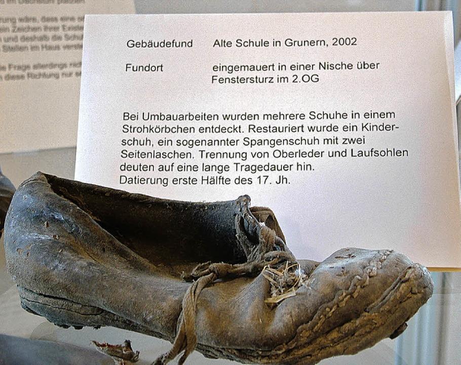 Vor allem alte Kinderschuhe wurden bei...Grunern in Mauern und Decken gefunden.  | Foto: Hans Christof Wagner
