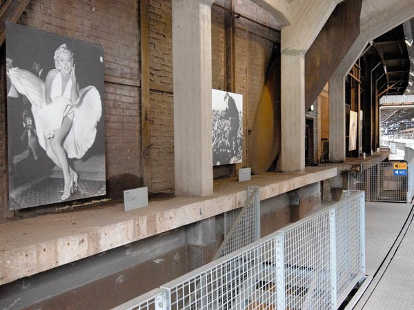 Die Ausstellung mit berühmten Reportagefotos der letzten Jahrzehnte entwickelt inmitten der  Fabrikhallen ihren ganz eigenen Reiz.