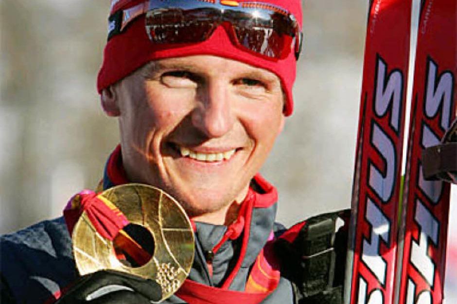 Ein strahlender Freiburger präsentiert seine Goldmedaille:Georg Hettich, Olympiasieger. Foto: dpa (Foto: Online)
