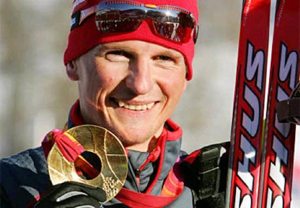 Ein strahlender Freiburger pr�sentiert seine Goldmedaille:Georg Hettich, Olympiasieger. Foto: dpa