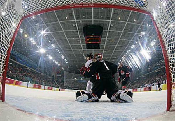 Der deutsche Eishockey-Torh�ter Olaf Kl�zig.Foto: afp