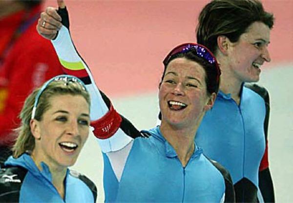 Anni Friesinger, Daniela Anschuetz-Thoms und Claudia Pechstein nach ihrem Rennen. Foto: ddp