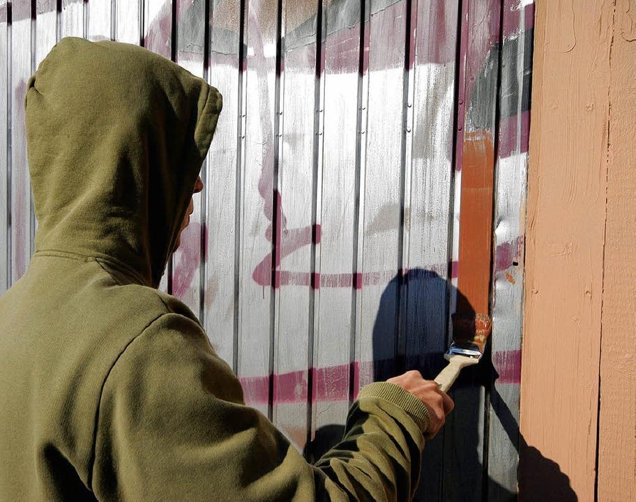 Auch die Graffiti am Bahnhof Littenweiler wurden mit Einheitsfarbe übermalt.  | Foto: Thomas Kunz