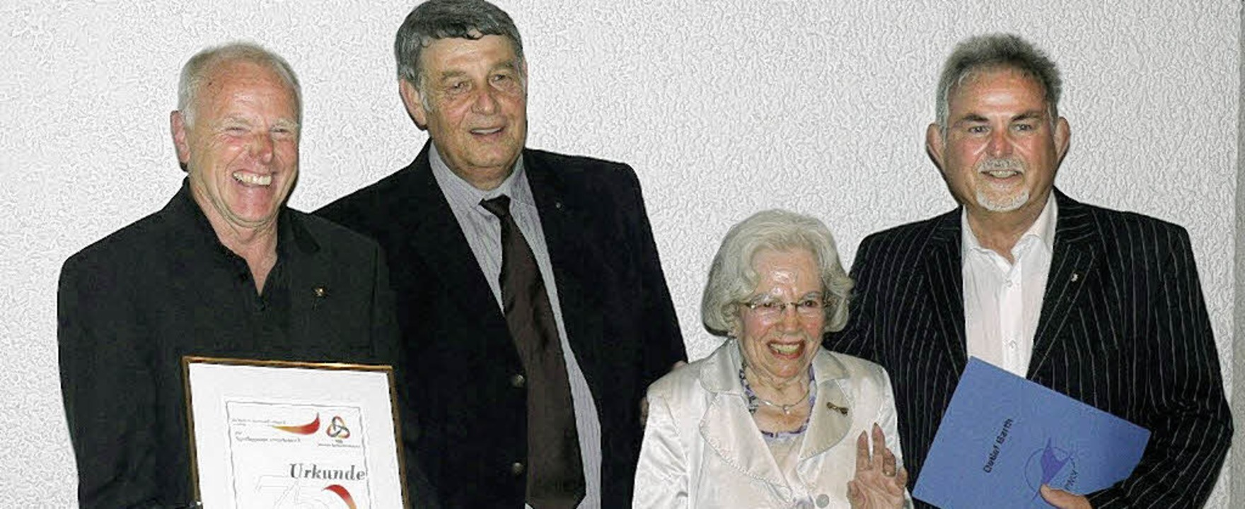 Elo Umlauf (kommissarischer erster Vor...d) mit ihren Urkunden und Ehrennadeln   | Foto: Bleckmann