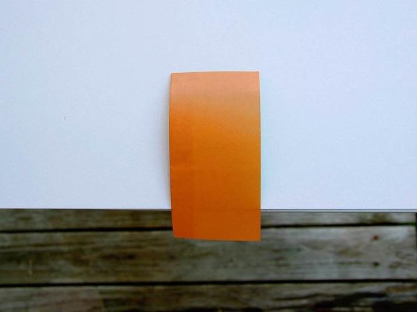 14. Zieh das Blatt fest über die Tischkante, es entsteht ein U-förmiges Segel