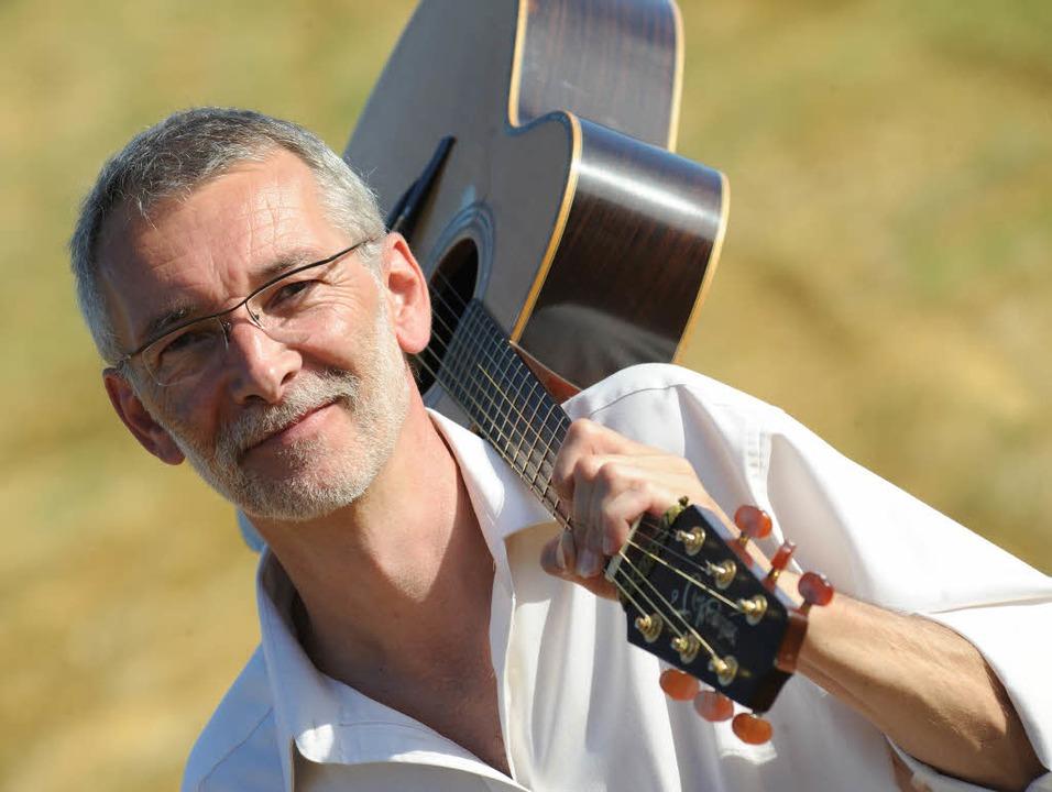 Ein Mann und seine Gitarre: Walti Huber     Foto: Juri Junkov