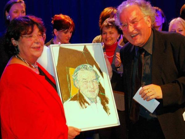 Klaudia Klein, Vorsitzende des Kulturförderkreises KKF, schenkt Helmut Bürgel ein Portrait der Künstlerin  Annette von Borstel