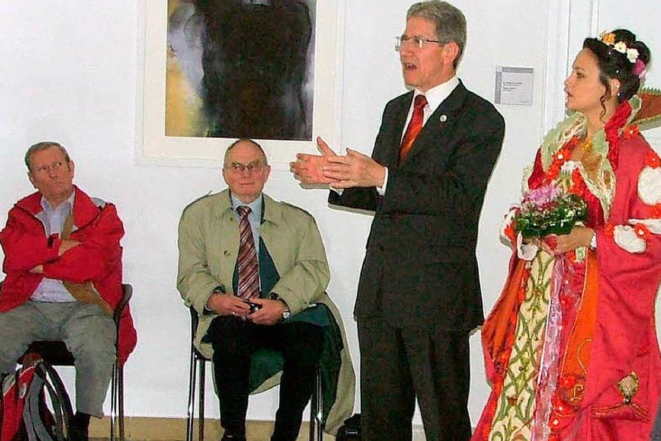 Lahrs Oberbürgermeister Wolfgang G. Müller und die Chrysanthemenkönigin heißen die BZ-Leser im Rathaus willkommen. (Foto: Christa Stoz)
