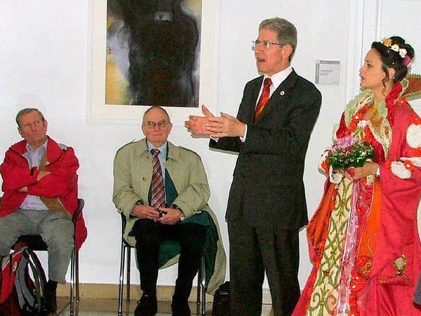 Lahrs Oberbürgermeister Wolfgang G. Müller und die Chrysanthemenkönigin heißen die BZ-Leser im Rathaus willkommen.