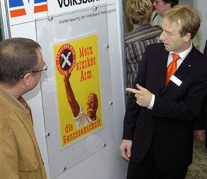 Dirk Schindelbeck (l.) und Martin Kopp...einem der ausgestellten alten Plakate.  | Foto: Schweizer