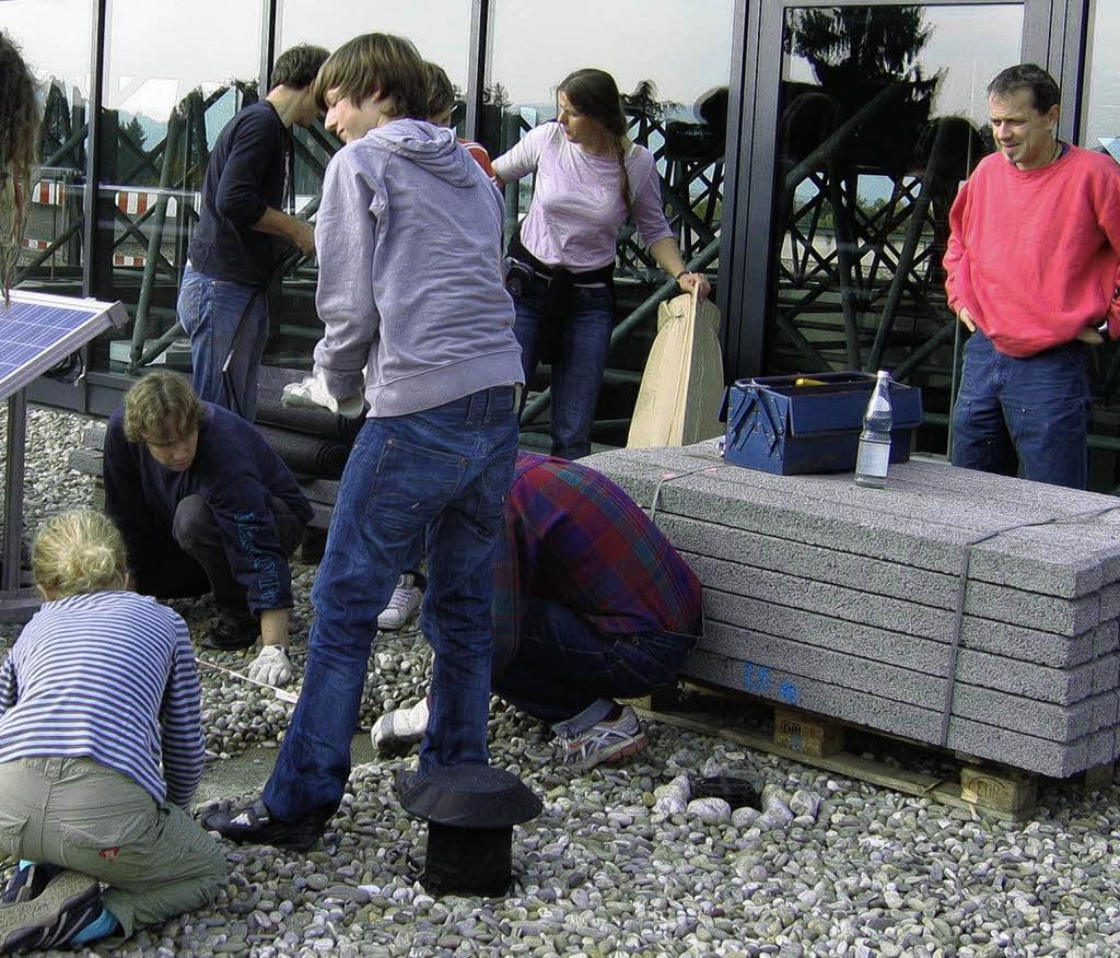 schwitzen f r eine photovoltaikanlage auf dem dach freiburg nord badische zeitung. Black Bedroom Furniture Sets. Home Design Ideas