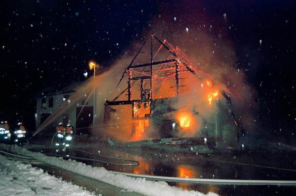 Ein raub der flammen wurde e das ehemalige ökonomiegebäude an der