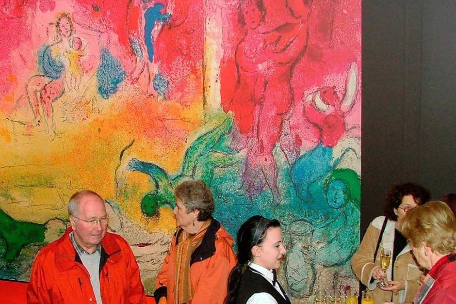 """BZ-Leserinnen und -Leser in der Ausstellung """"Das Erlebnis Marc Chagall und seine Liebe zu Griechenland"""" (Foto: Katja Mnich)"""