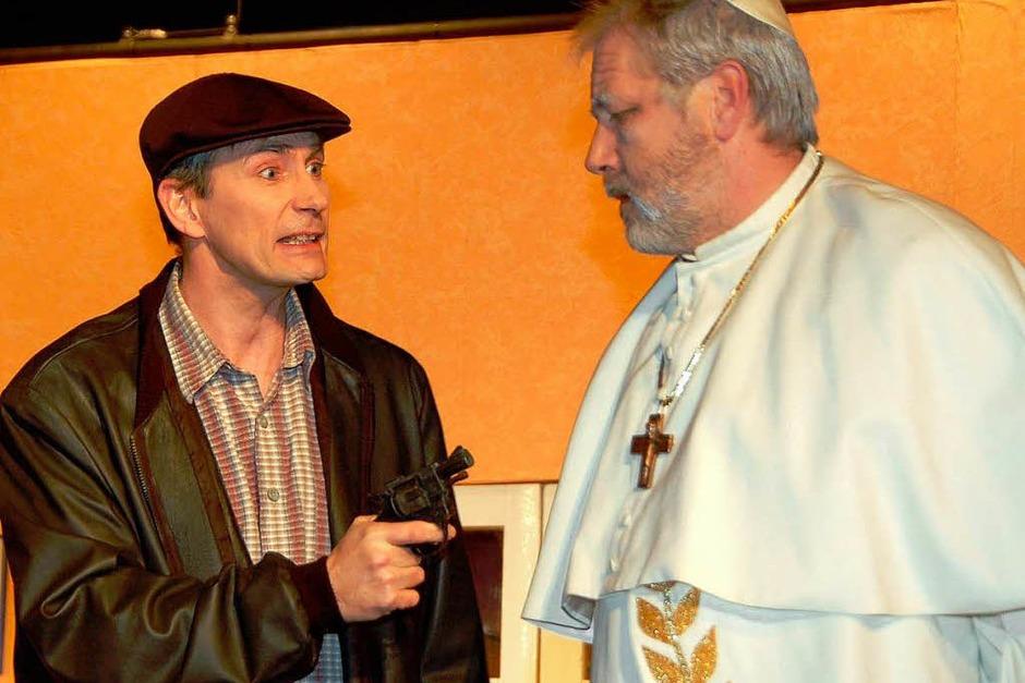 Taxifahrer Sam (Christian Fuhrmann) nutzt die Gelegenheit und entführt Papst Albert IV. (Gottfried Gröner) (Foto: Sylvia-Karina Jahn)