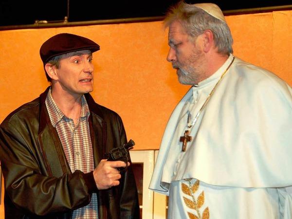 Taxifahrer Sam (Christian Fuhrmann) nutzt die Gelegenheit und entführt Papst Albert IV. (Gottfried Gröner)