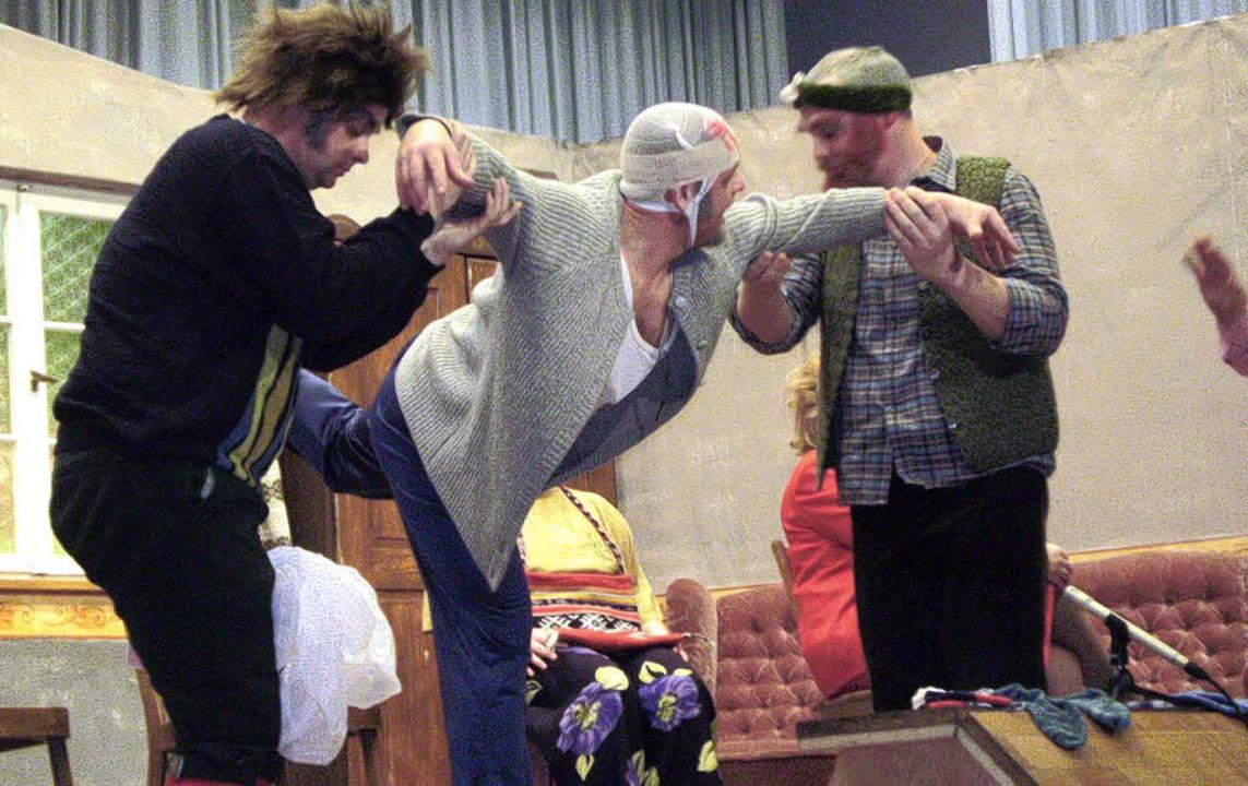 Henno (Oliver Karle, links) und Osbert...; halbwegs ins Lot gerückt bekommt.     | Foto: martin ehret