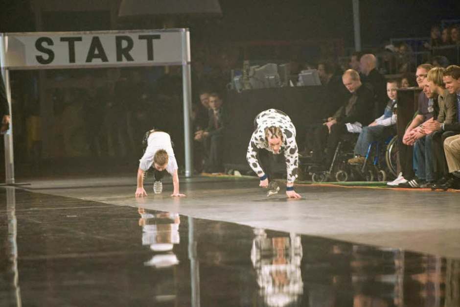 Wettkandidat Magnus Johannes Grossmann lief in der Baden-Arena mit einem 13-jährigen (l) vierfüßig um die Wette.