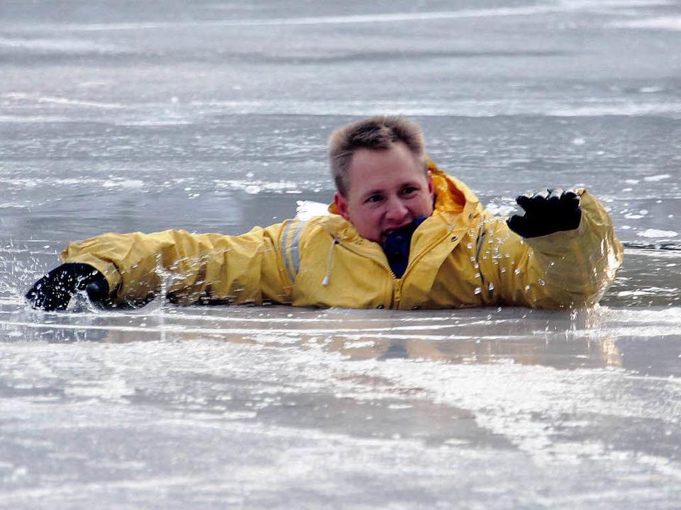 Die Feuerwehr übt immer wieder, wie man Menschen aus dem Eis retten kann.  | Foto: dpa/dpaweb