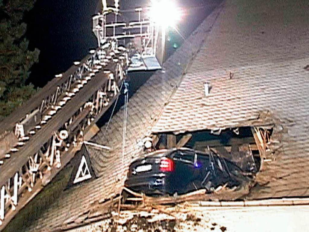 Auto landet in Kirchendach