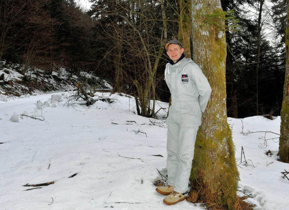 Ulrich Weiner steht mit einem Schutzanzug vor einem Baum bei St. Märgen  | Foto: dpa