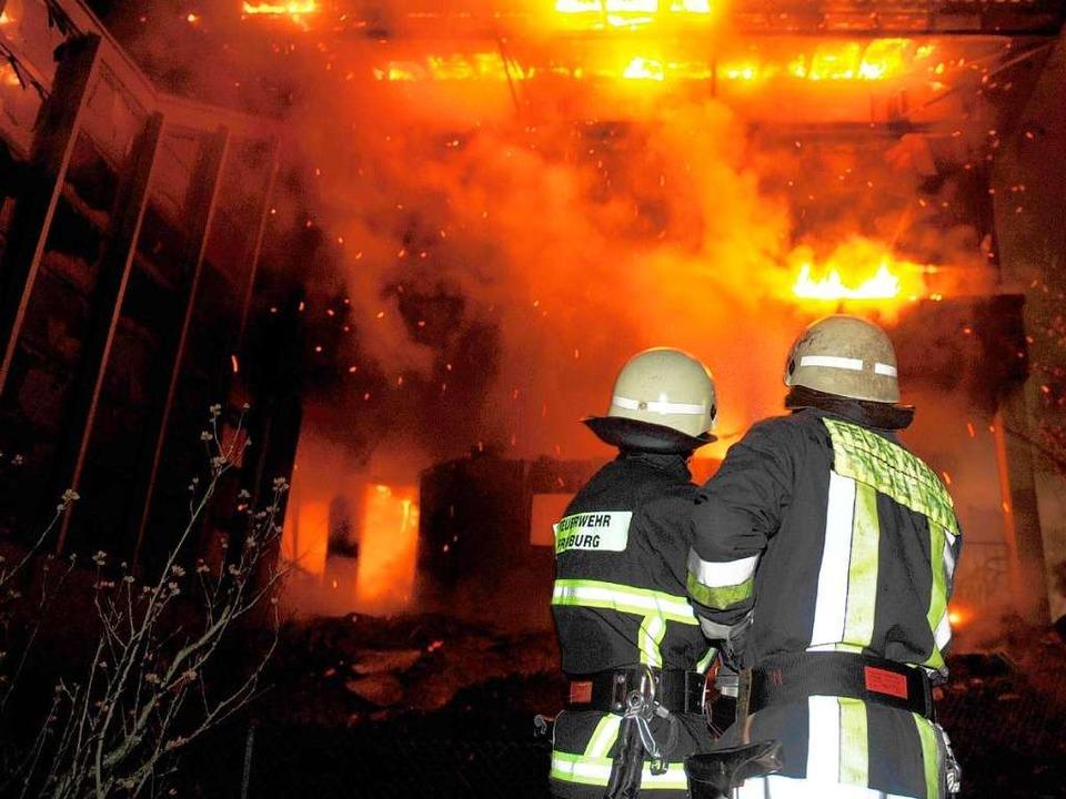 Als die Feuerwehr ankam, stand ein Teil der Schule schon lichterloh in Flammen.  | Foto: dpa