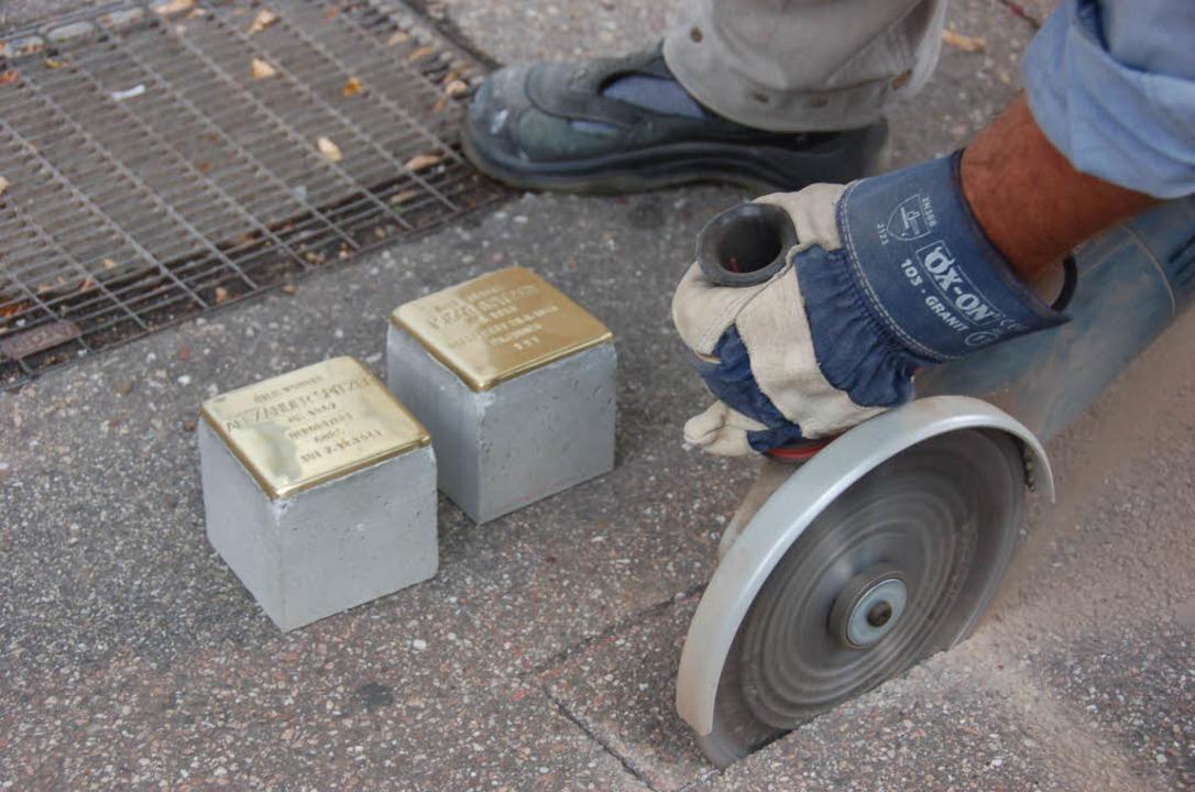 Die Stolpersteine für Alexander und Is...ermattstraße 10 einzementiert werden.     Foto: Ralf Burgmaier