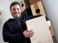 Patric Oliver Hetzinger aus Lahr trommelt auf Holzkisten