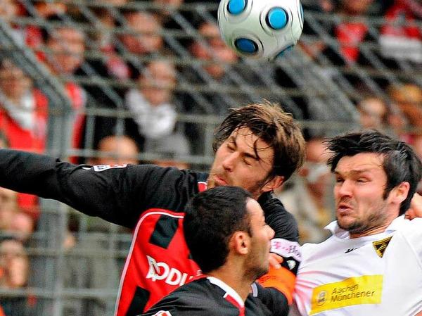 Luftkampf zwischen Heiko Butscher  und Benjamin Auer - eine von vielen hart umkämpften Szenen.