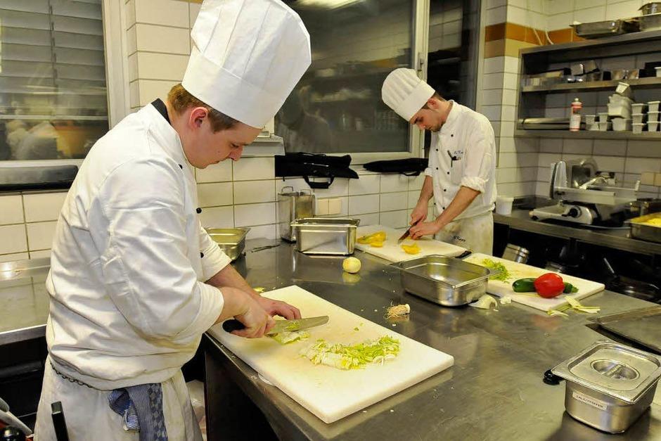 ...während in der Küche noch fleißig geschnibbelt... (Foto: Ingo Schneider)