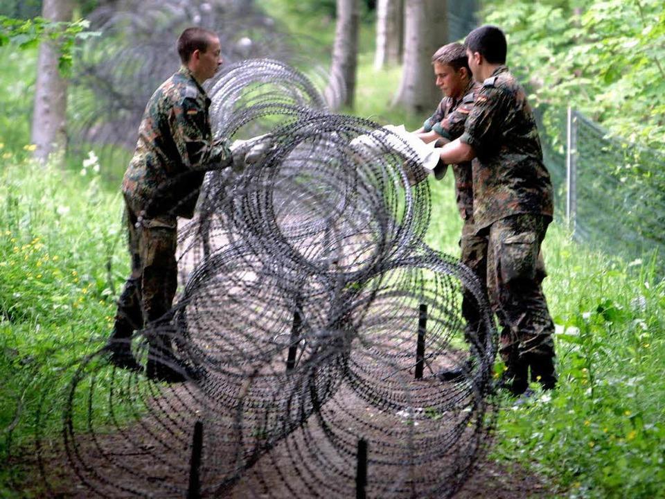Zwischen Demonstrationsfreiheit und Si...en verlegen  eine Sperre in einem Wald  | Foto: ddp