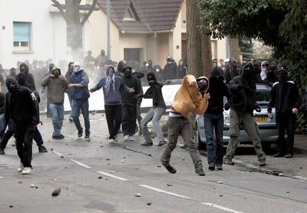 Am Camp der Gipfel-Gegner ist die Situation eskaliert. Es kam zu Straßenschlachten zwischen Polizei und Autonomen.