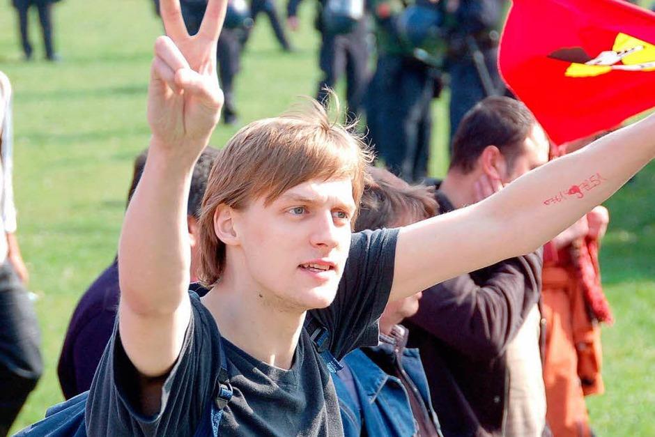 Kehl fest in Polizei-Hand – der Ostermarsch der Demonstranten bleibt friedlich. (Foto: Helmut Seller)