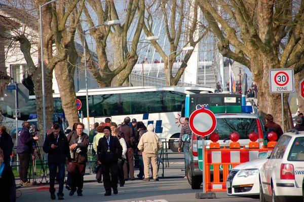 Kehl fest in Polizei-Hand - der Ostermarsch der Demonstranten bleibt friedlich.