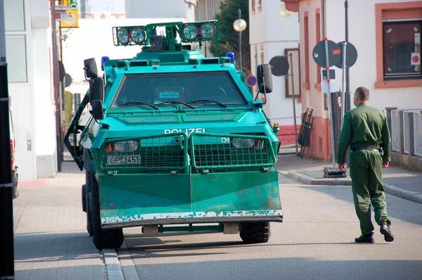 Kehl fest in Polizei-Hand – der Ostermarsch der Demonstranten bleibt friedlich.