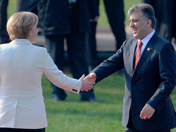 Merkel begrüßt den türkischen Präsidenten Abdullah Gül.