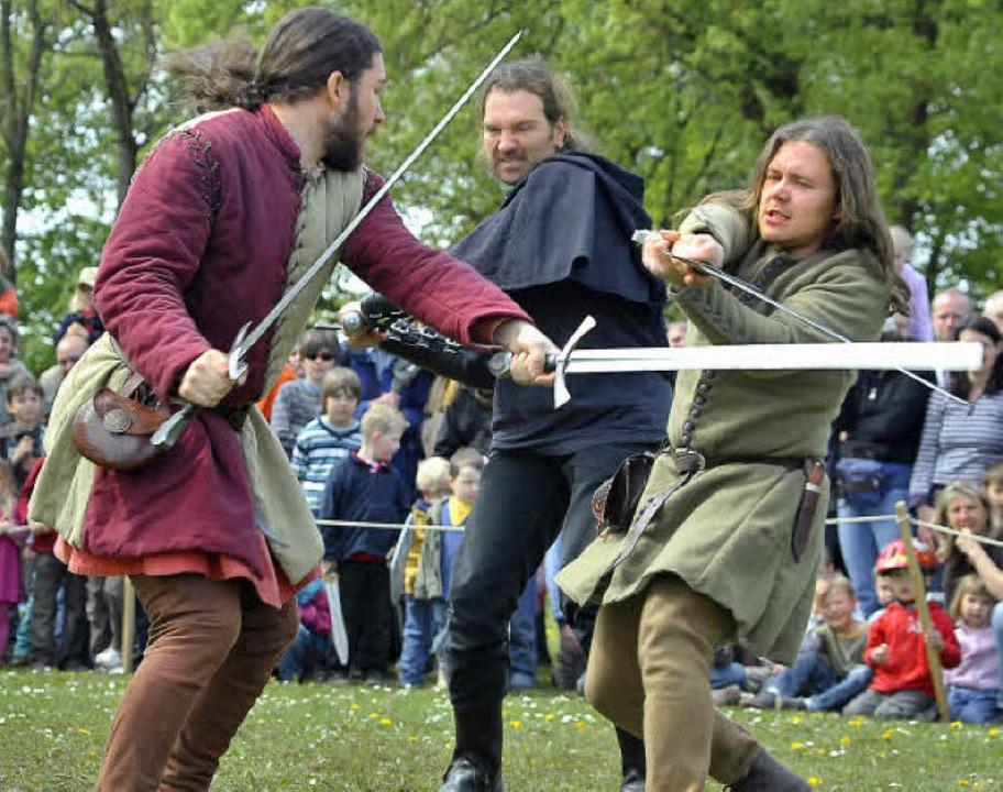 Fast wie in echt: Die Ritter vom &#822... Daniel und Nico seinen Helm (rechts).    Foto: thomas kunz