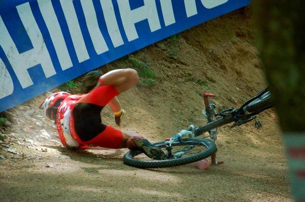 Mountainbike Weltcup der Juniorinnen und Junioren in Offenburg: Stürze bleiben nicht aus, enden aber in der Regel glimpflich.