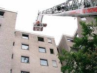 Feuerwehr holt hilflosen Mann aus Wohnung