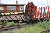 Güter-Waggons rasen in leerstehendes Gebäude