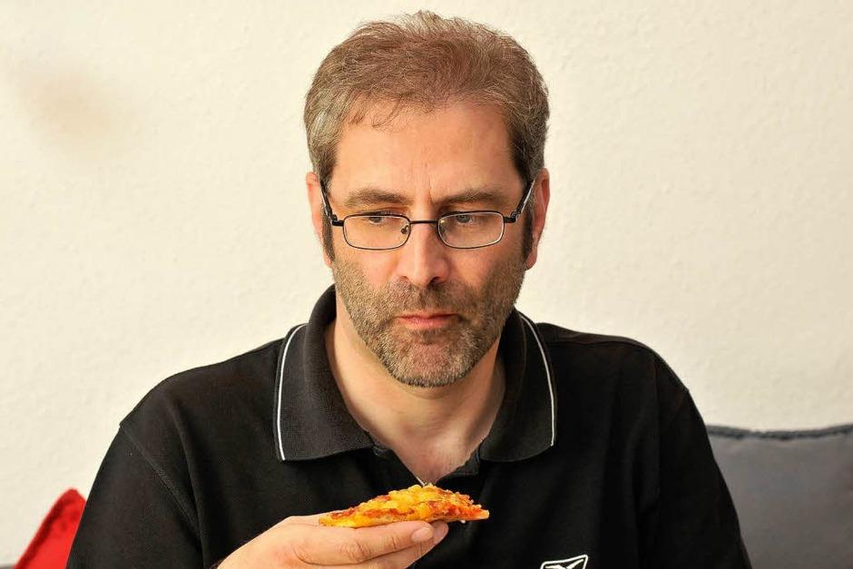 Testperson 2: BZ-Redakteur Thomas Jäger ist sich bei der ersten Pizza sicher. (Foto: Ingo Schneider)