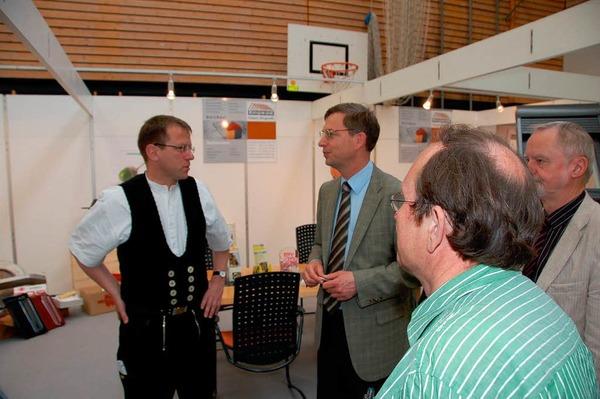 Landrat Hanno Hurth im Gespräch mit Zimmerer Hubert Ringwald