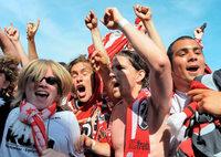 Fotos: SC Freiburg – Spieler und Fans feiern auf dem Platz