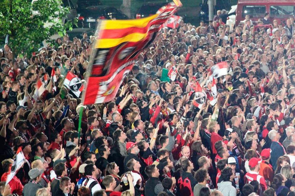 Die SC-Fans feiern ihre Mannschaft nach dem Sieg in Koblenz. (Foto: Dana Hoffmann)