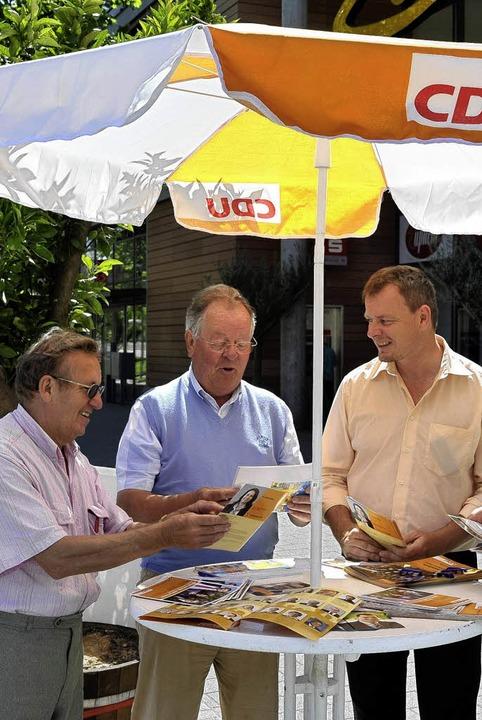 Wahlkämpfer unterm Sonnenschirm, Teil I: die CDU vor dem ZO.  | Foto: Thomas Kunz