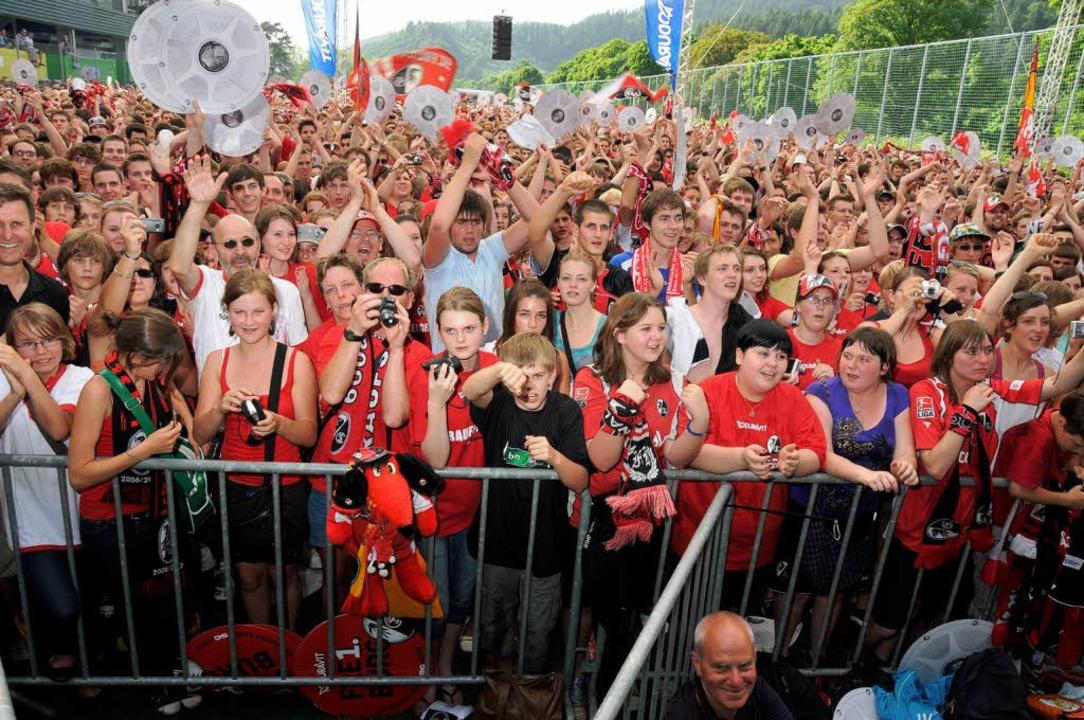 ...und auch die Fans waren mehrere Stunden dabei.  | Foto: Michael Heuberger