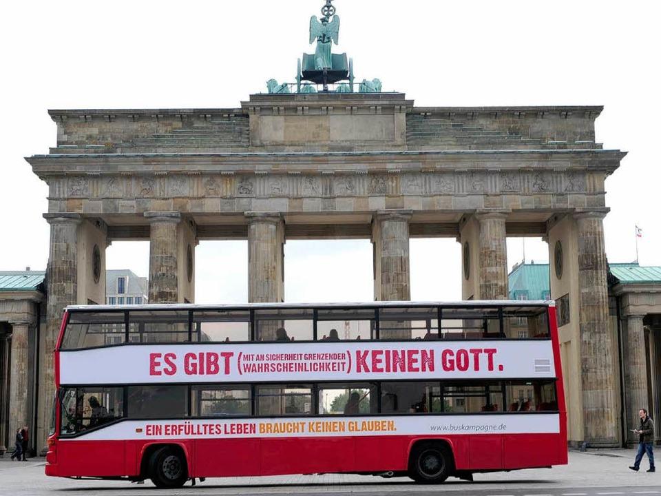Der Bus der Atheisten vor dem Brandenburger Tor in Berlin    Foto: dpa