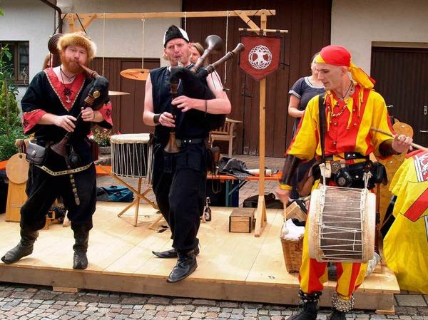 """Die Freiburger Gruppe """"Heindenspass"""" spielt zur Festeröffnung auf historischen Instrumenten."""